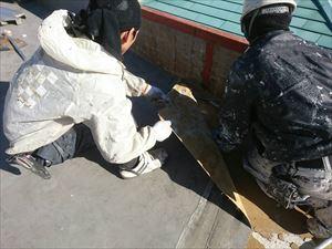 前橋市青柳町Aクリニック防水シート剥がしているところ