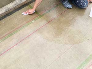 掃除後、樹脂の油分を取り除く為アセトンで表面を拭く作業を行うと同時に細かなケレンカスも取れます。